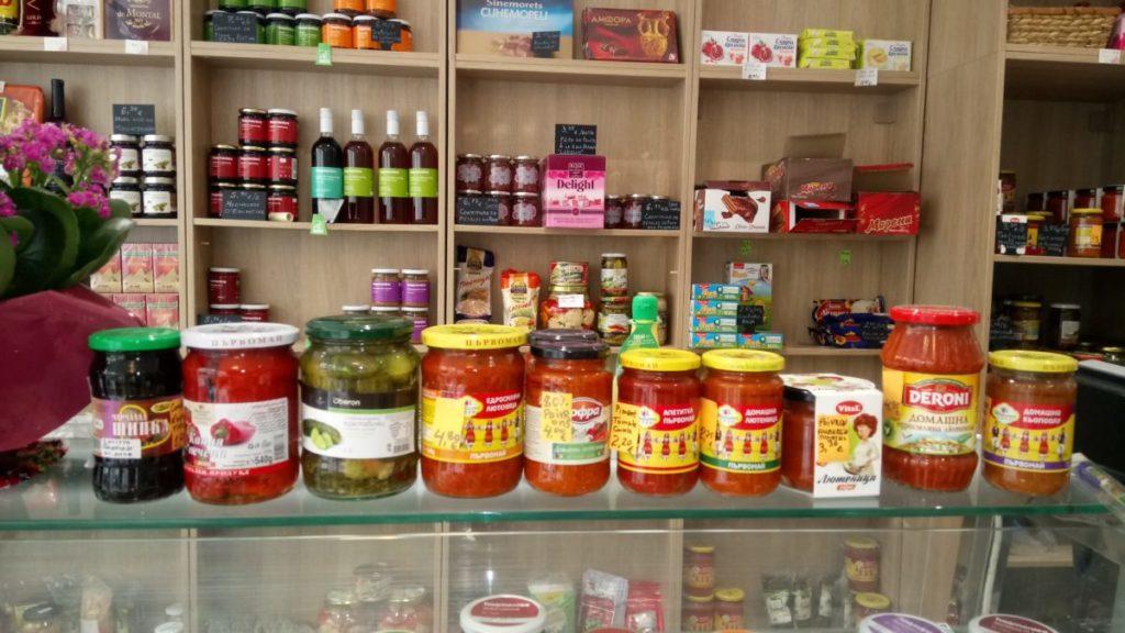 Tartinade de poivrons, tomates et aubergine, caviar d'aubergines, poivrons grillés, cornichons aigre-doux.
